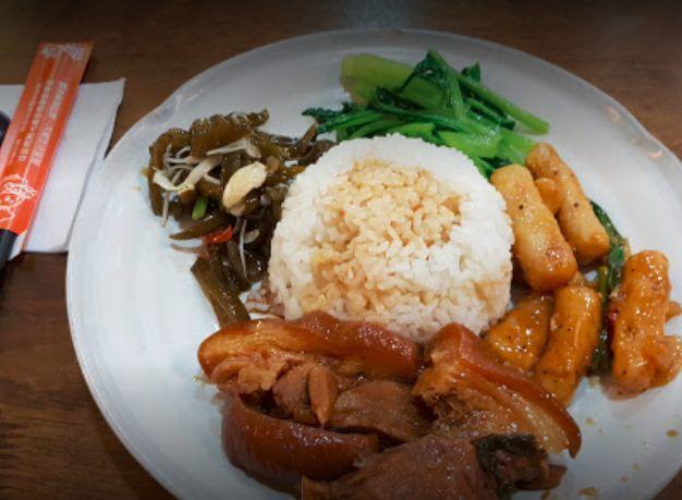 台湾牛肉麺店の定食.jpg