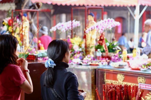 台湾龍山寺お祈り2.jpg